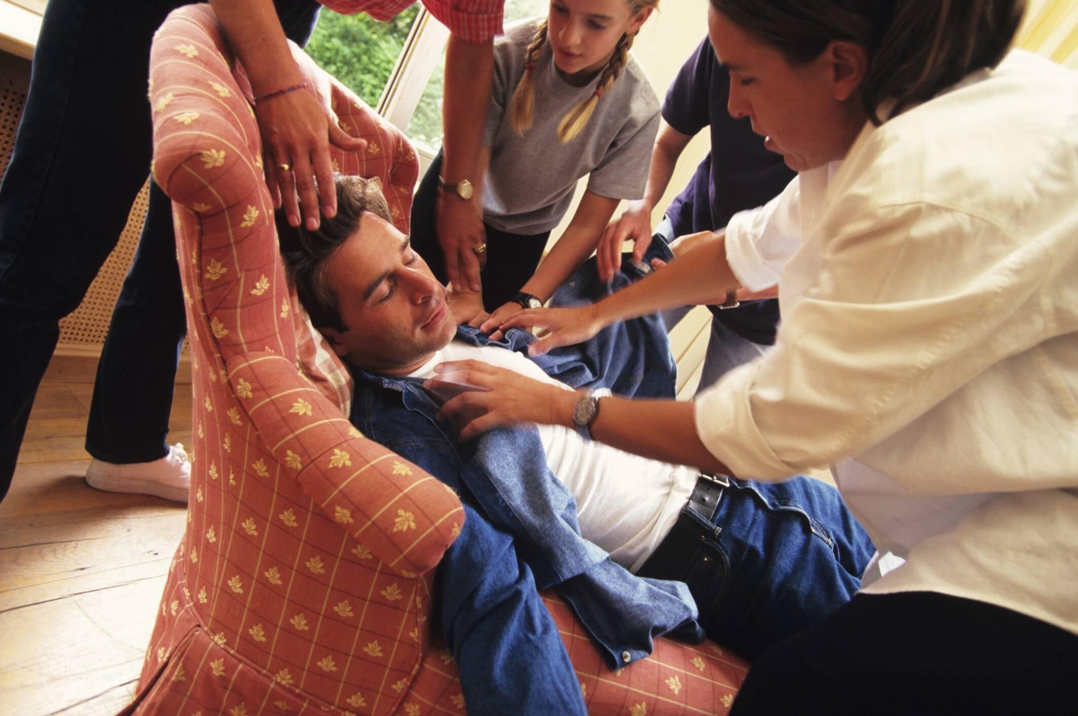 Desmaio: pessoas podem ter uma síncope, decorrente de uma arritmia ou parada cardíaca. Foto: Getty Images