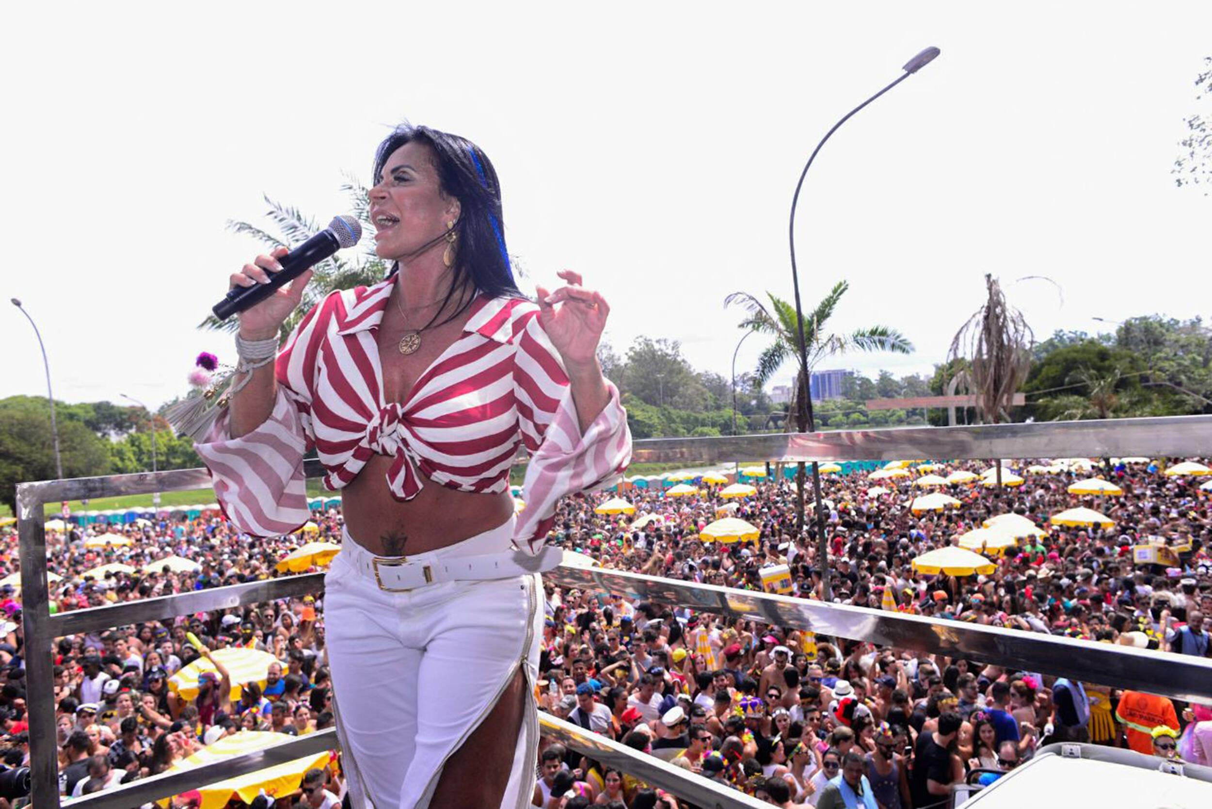 Gretchen foi coroada rainha do bloco Agrada Gregos, primeiro LGBT a desfilar no Ibirapuera, na tarde de sábado (10). Foto: Felipe Panfili/Divulgação