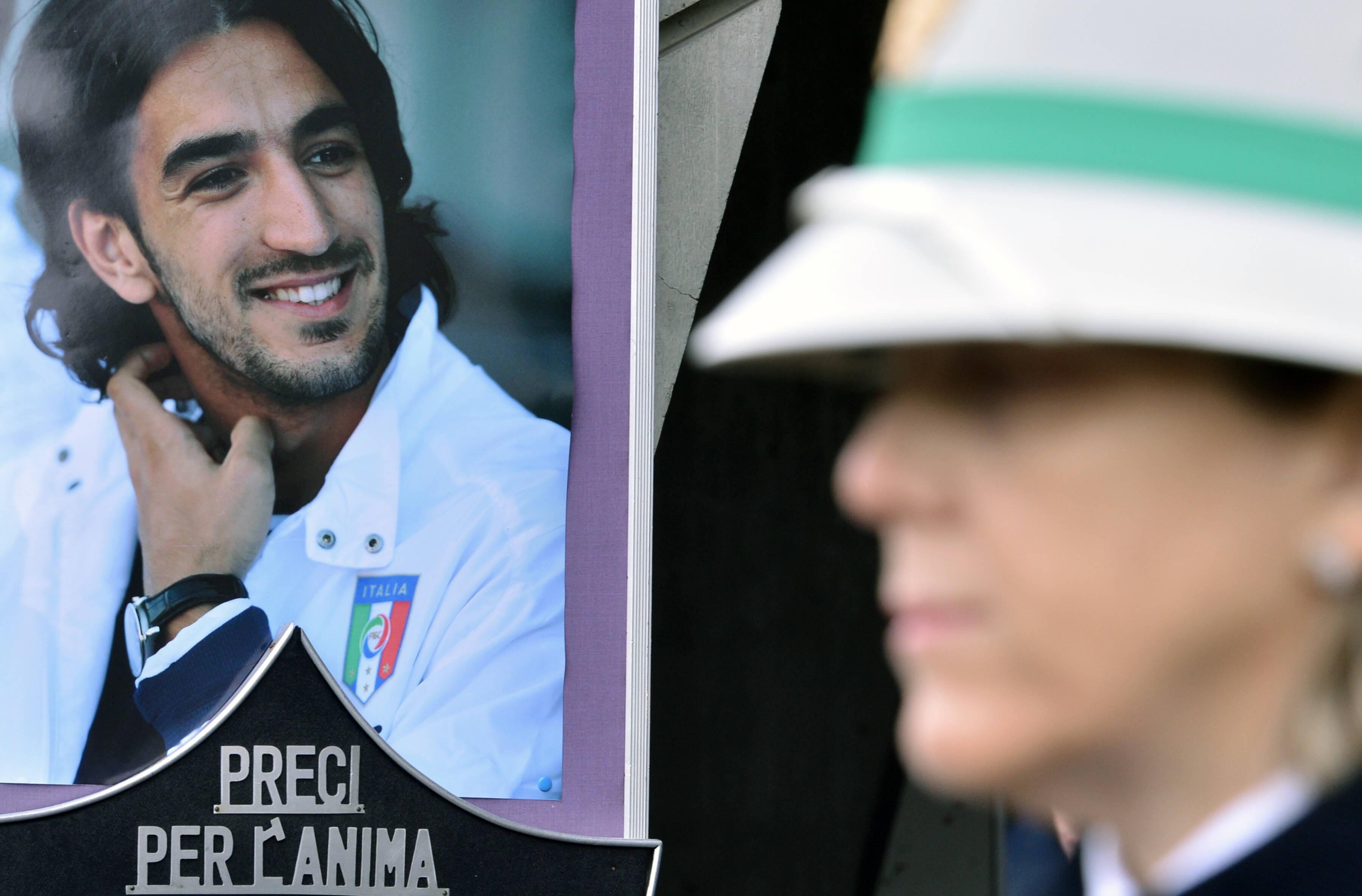 Retrato de Morosini é colocado do lado de fora da igreja em homenagem ao meia. Foto: AFP
