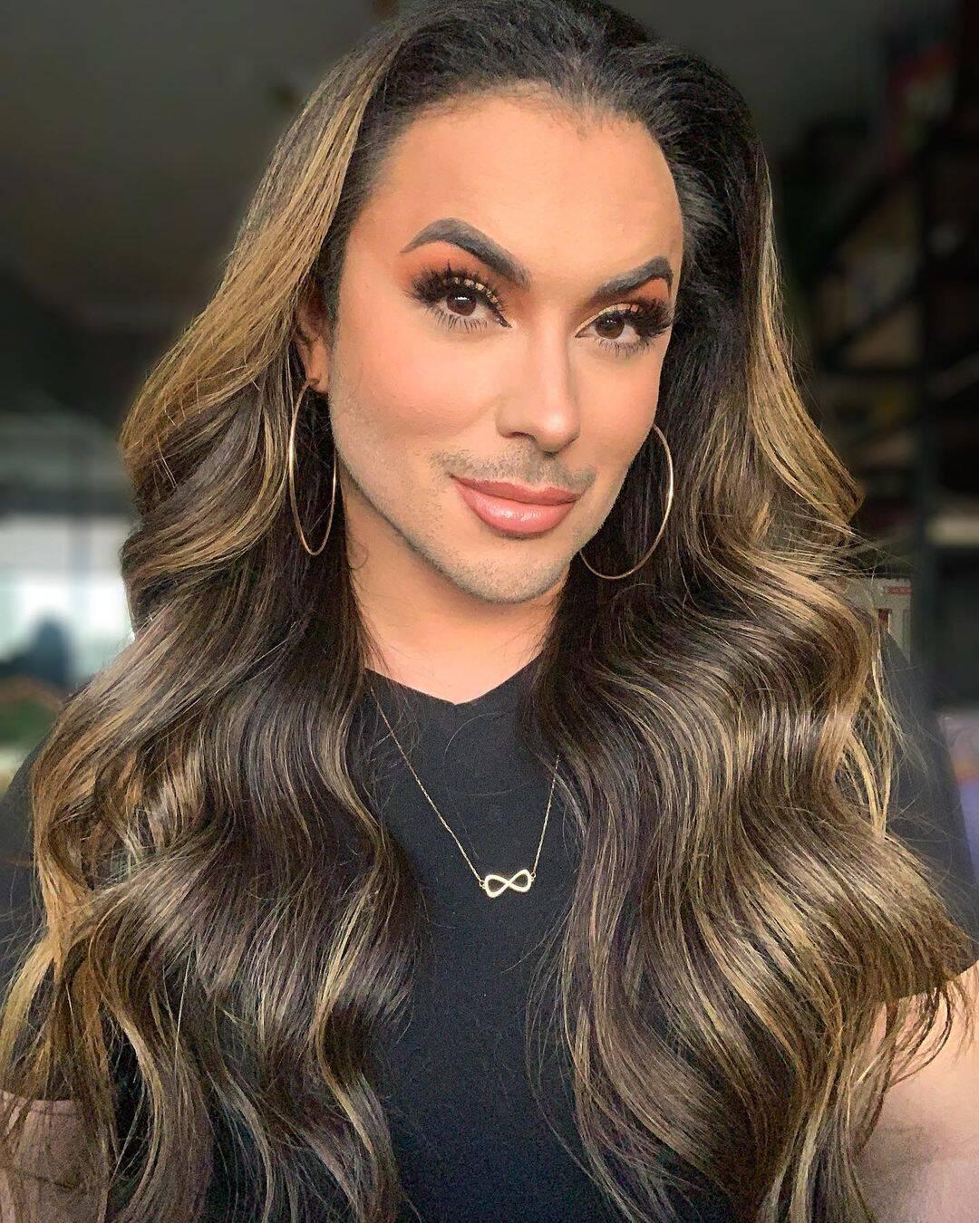 Maquiador profissional, Andy Rodrigues ele compartilha tutoriais de maquiagem nas redes sociais e adere os métodos em seu cotidiano. Foto: Instagram