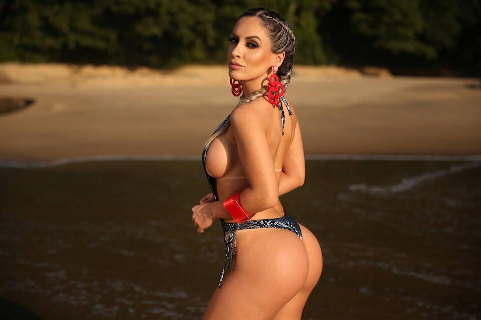 Iara Ferreira posa sensual em praia no litoral de São Paulo. Foto: Davi Borges / M2 Mídia