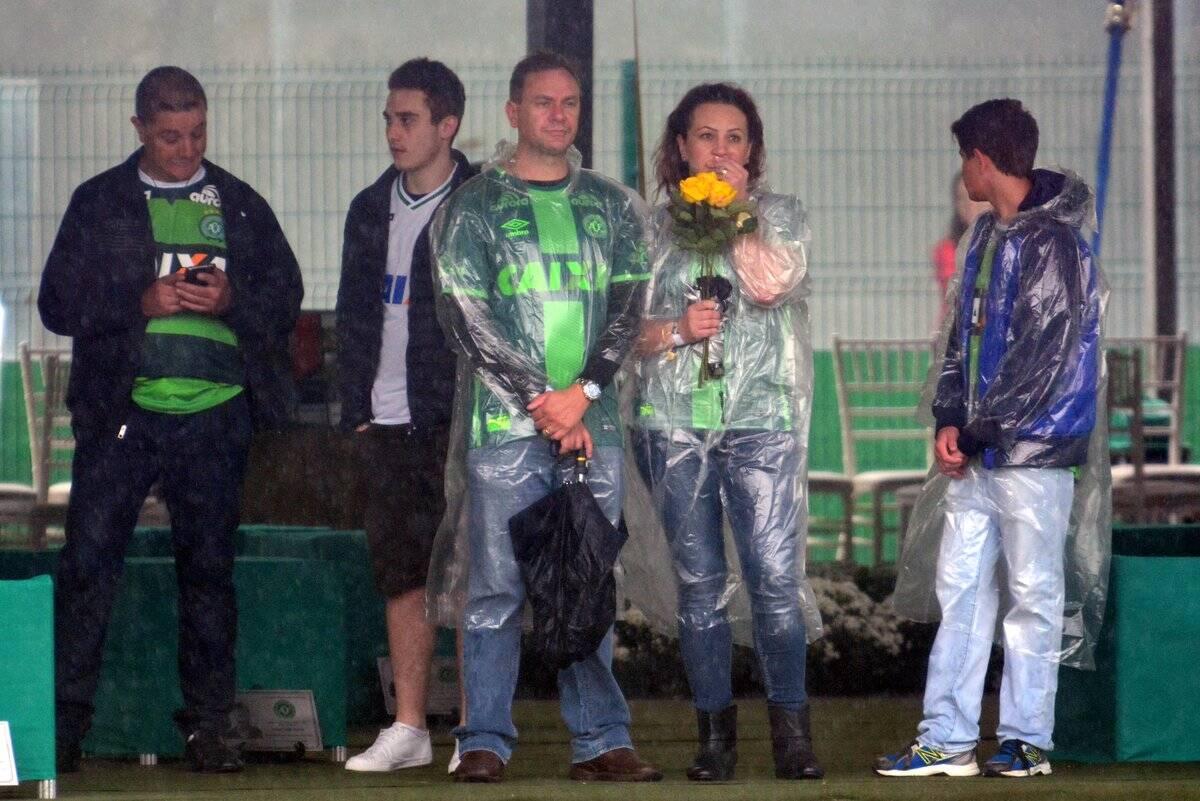 Familiares e amigos esperam pela chegada dos caixões na Arena Condá. Foto: Twitter/Reprodução
