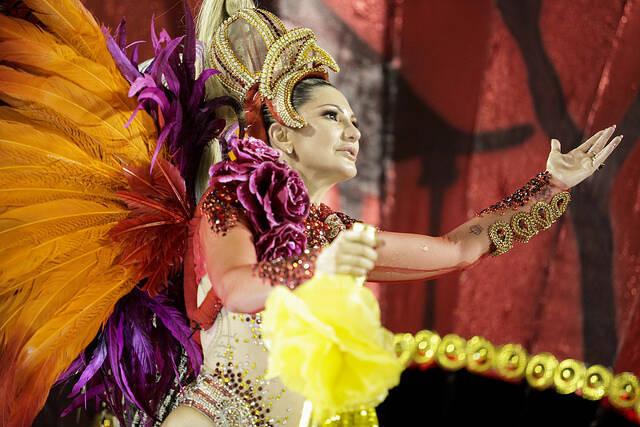 Destaque na Império Serrano, Antonia Fontenelle lacrou com fantasia luxuosa avaliada em 15mil no último domingo (11). Foto: Divulgação / Flickr / Rio Tur