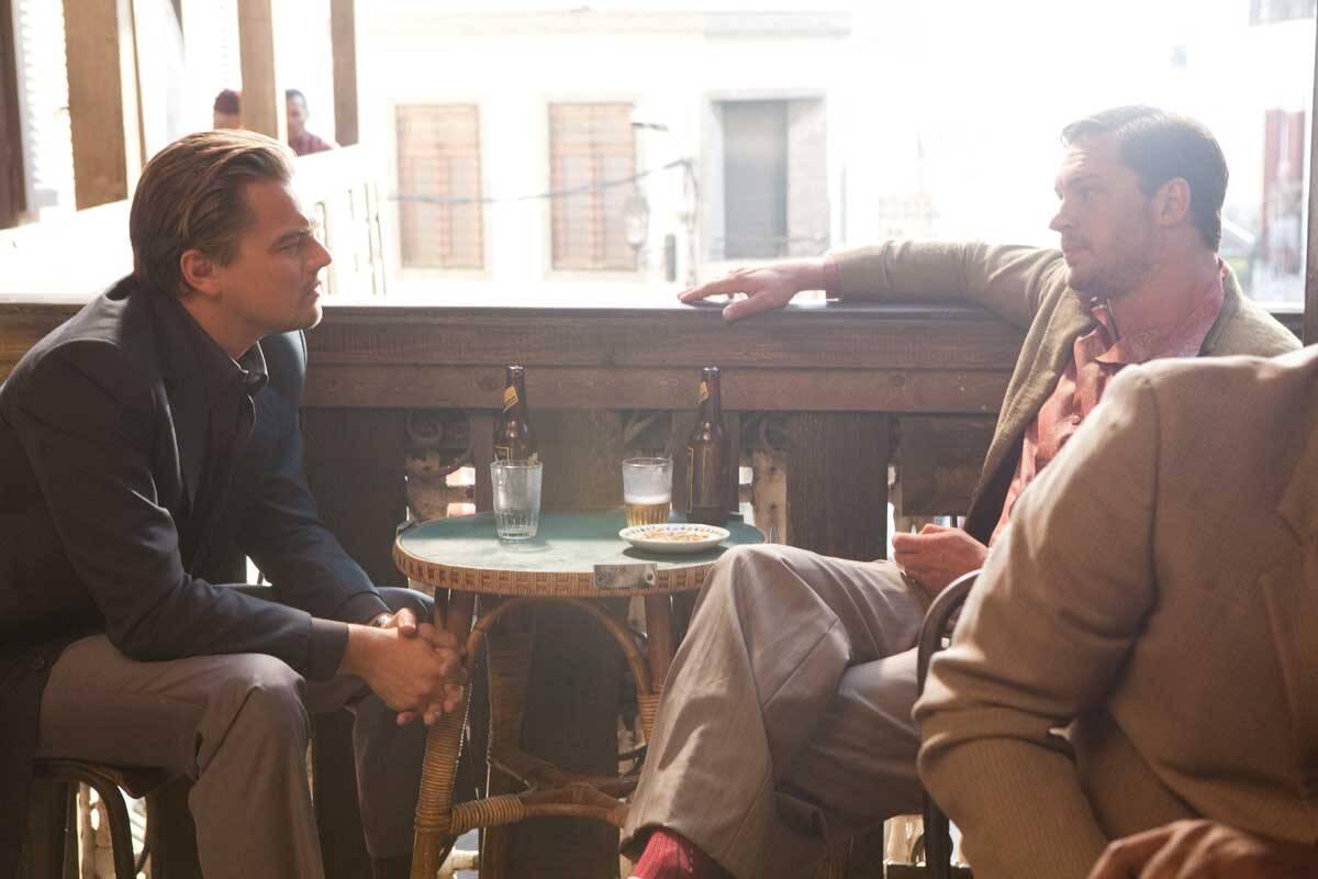 """Em """"A Origem"""" (2010),  o ator vive um falsificador capaz de mudar de aparência física dentro dos sonhos e tem o objetivo de ajudar a convencer Robert Fischer (Cillian Murphy) a dividir o império do pai após a morte dele. . Foto: Divulgação"""