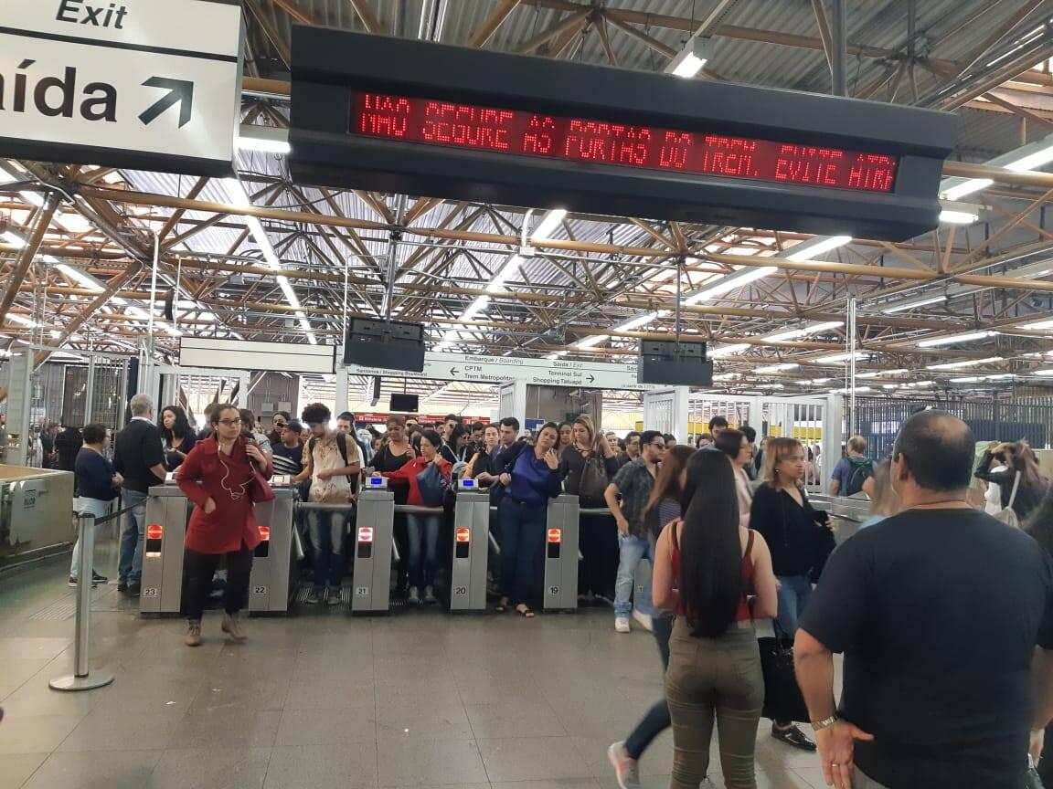 Na estação Tatuapé, zona leste de São Paulo, passageiros enfrentaram filas para passar pela catraca. Foto: Marina Teodoro/iG São Paulo - 14.6.19