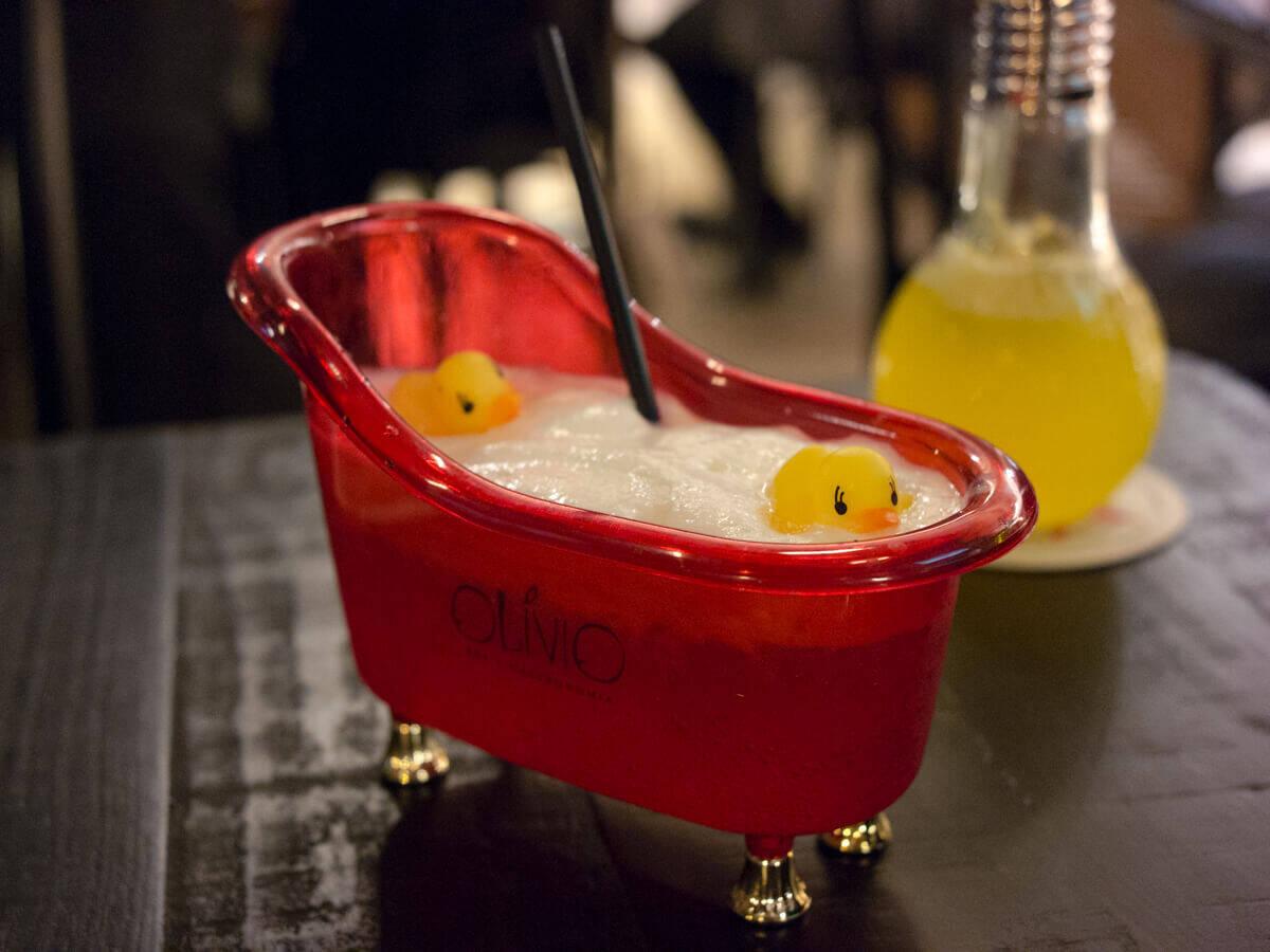 O Olívio Bar é especializado em servir drinks de forma inusitada. Foto: Reprodução/MuitaBrisa