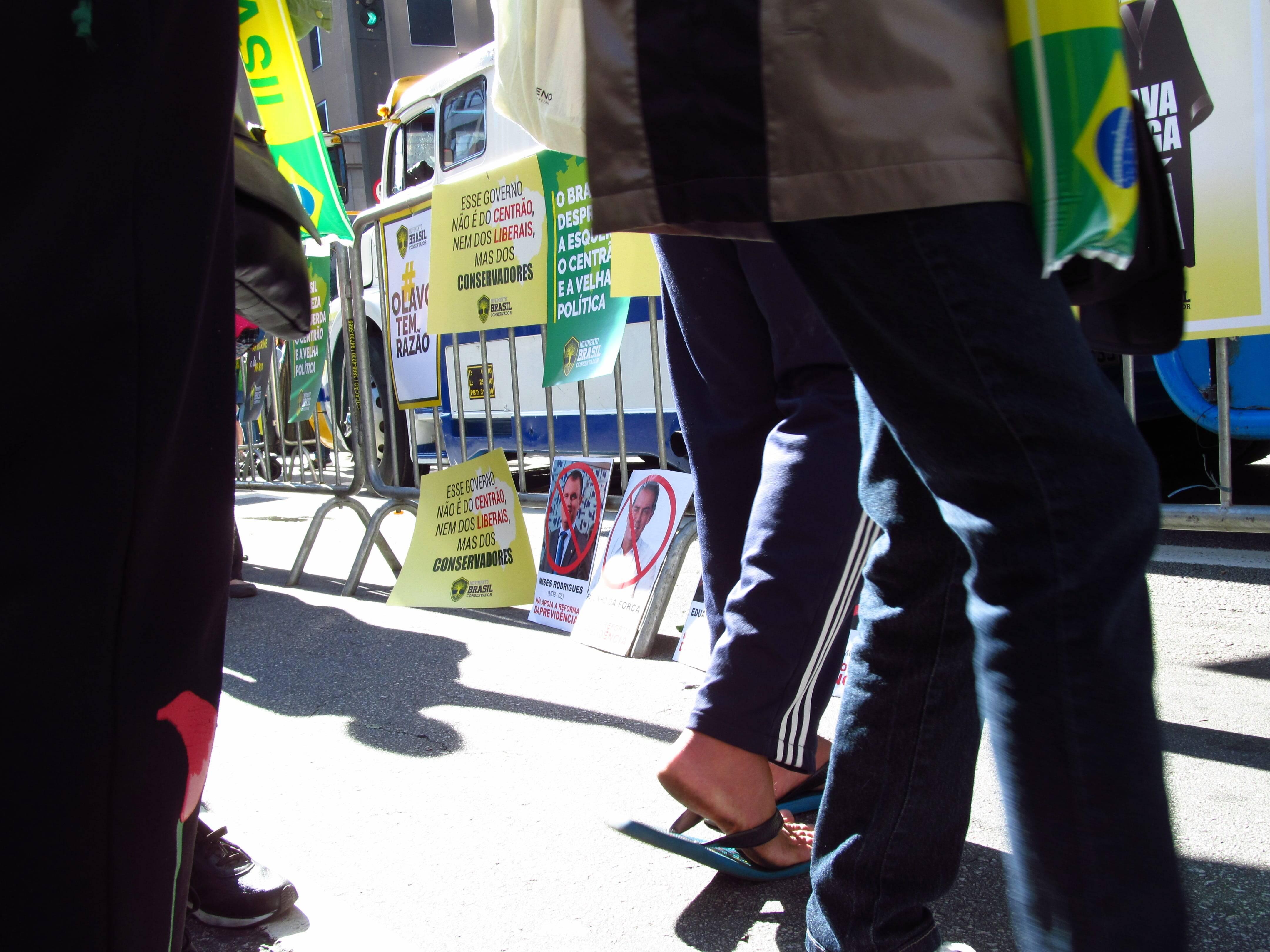 """Cartazes de """"inimigos"""" de Bolsonaro eram distribuídos na manifestação. Foto: João Cesar Diaz"""