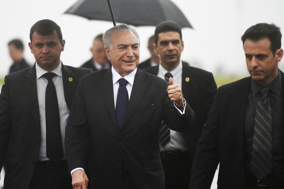Presidente Michel Temer recebeu os corpos no aeroporto e depois decidiu ir ao estádio. Foto: Veja/Reprodução