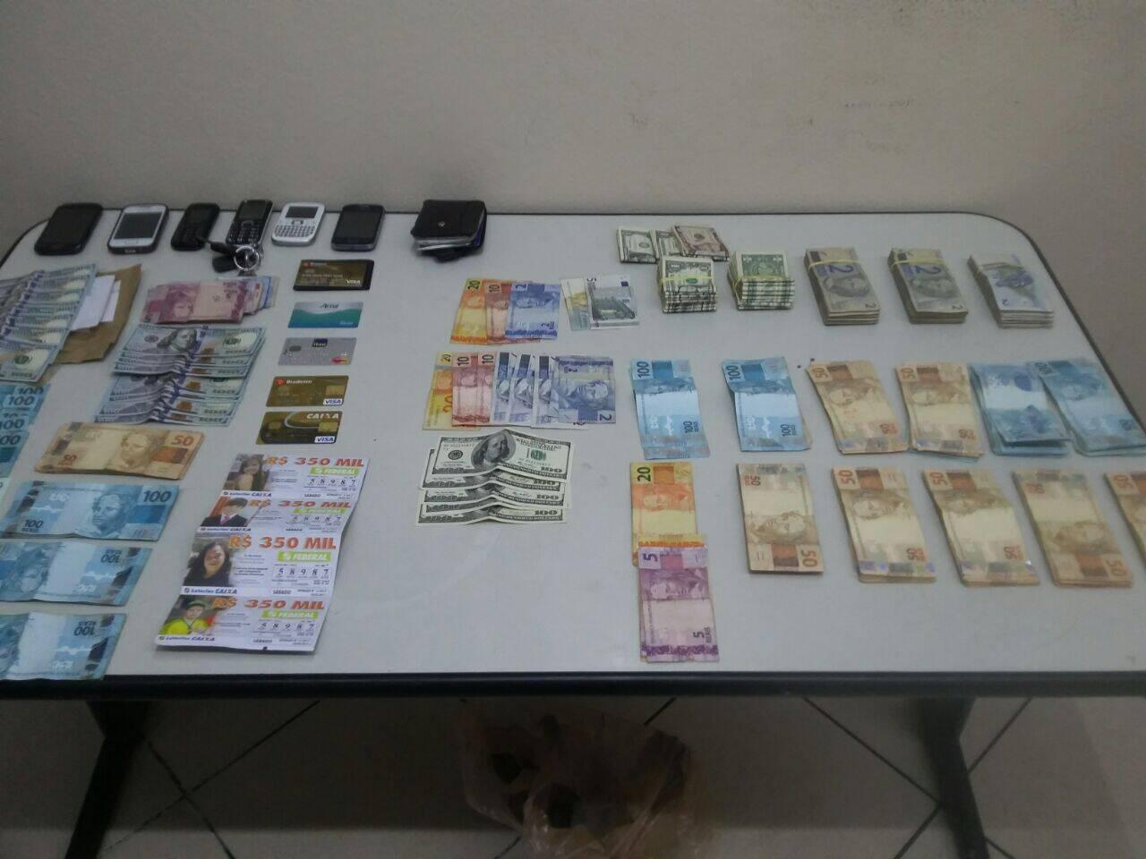Os policiais conseguiram recuperar aproximadamente R$ 25,500 que estavam com os criminosos. Foto: Divulgação/Polícia Militar