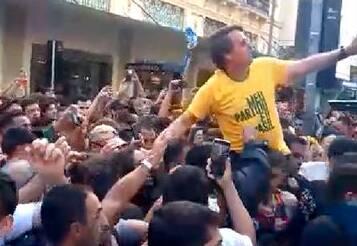 """Retrospectiva 2018: Foi o próprio Jair Bolsonaro (PSL), no entanto, quem acabou sendo vítima de violência durante a campanha presidencial. Numa caminhada """"corpo a corpo"""" nas ruas de Juiz de Fora (MG), o então candidato líder das pesquisas foi alvo de uma facada no abdômen deferida por Adélio Bispo de Oliveira. Foto: REPRODUÇÃO/AGÊNCIA BRASIL"""