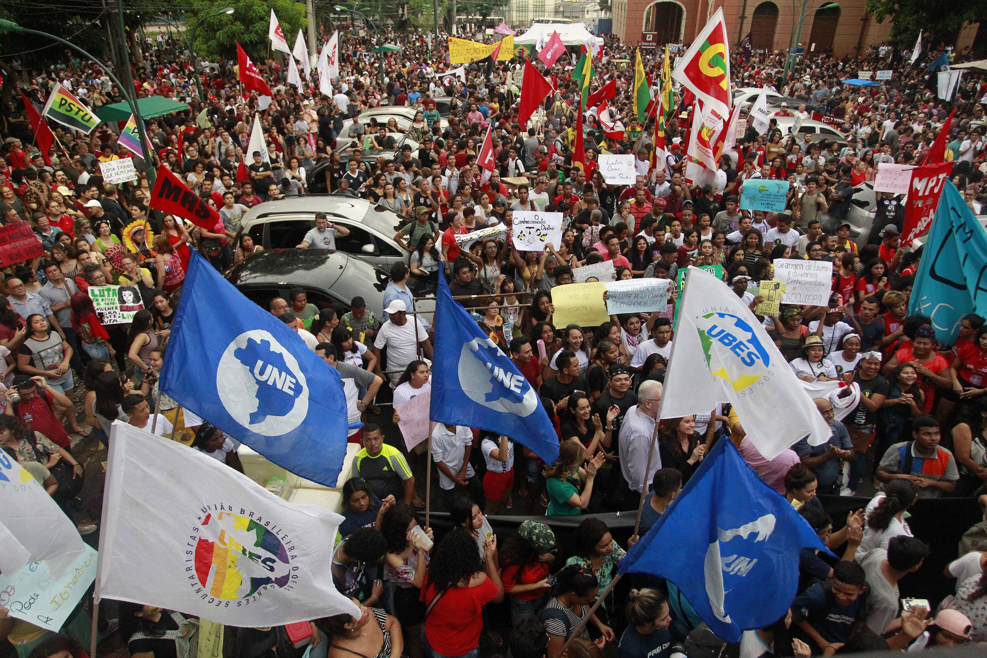 Manifestantes protestam na praça da Republica, em Belém, contra os cortes na educação propostos pelo governo. Foto: Raimundo Paccó/FramePhoto/Agência O Globo - 30.5.19
