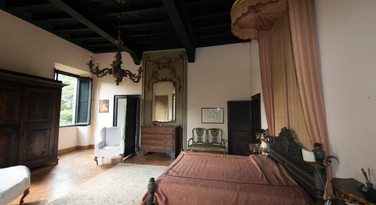A bela casa com móveis rústicos e diversas pinturas antigas tem 14 quartos e sete banheiros. Foto: Reprodução/House & Loft