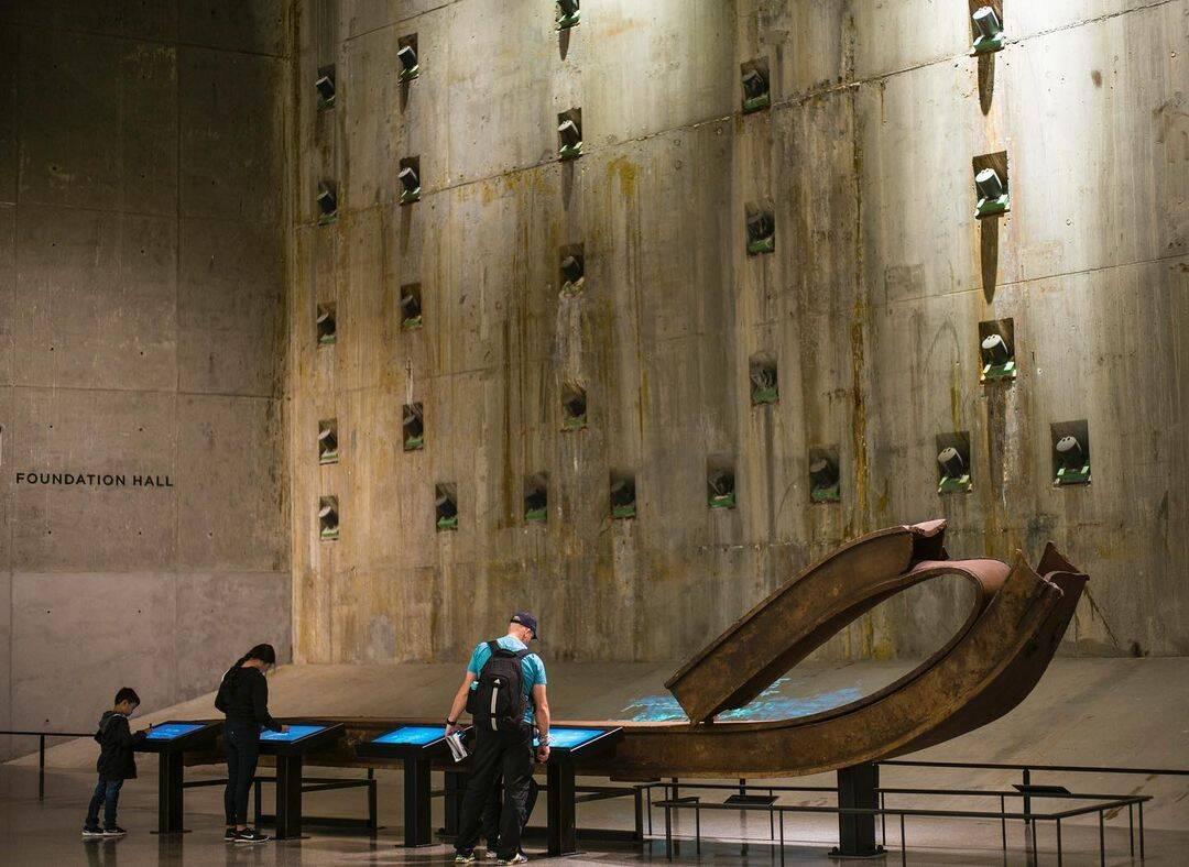 Os visitantes do museu podem tocar e deixar mensagens interativas na Signing Steel, uma coluna que já fez parte da Torre Sul. Foto: Reprodução/Instagram