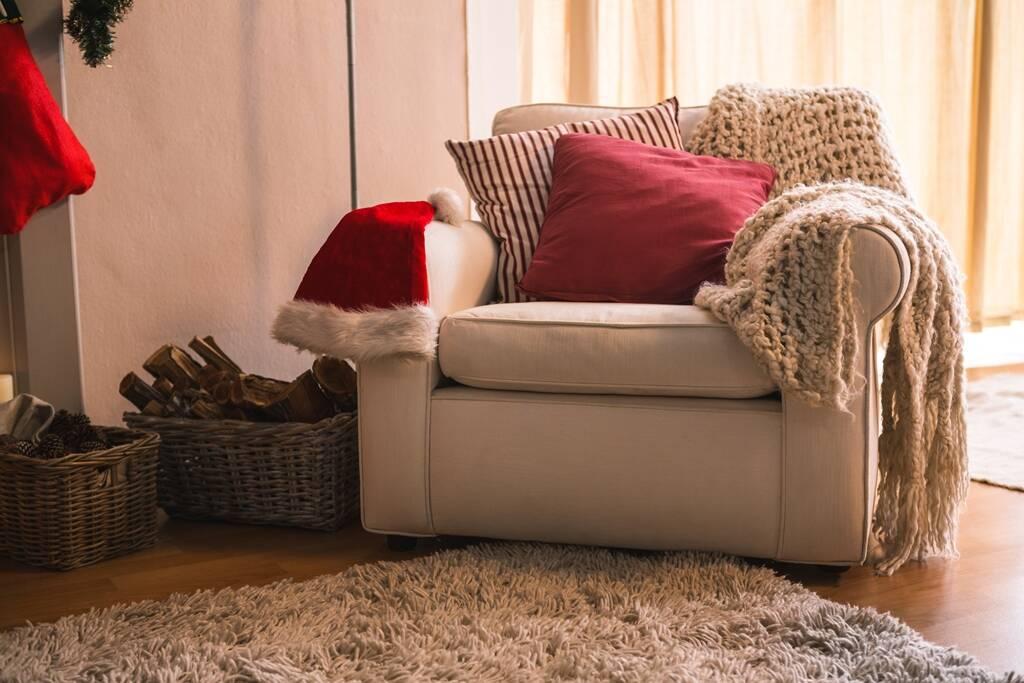 Evite passar cera e deixar tapetes e fios elétricos espalhados pelo chão. Foto: FreePik
