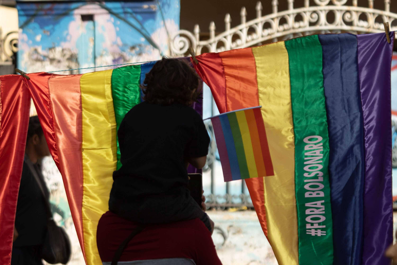 Conflito entre a bandeira hasteada pelos participantes da Parada LGBT e aquela levantada pelo atual governo é nítido. Foto: Joca Duarte/Photopress/Agência O Globo