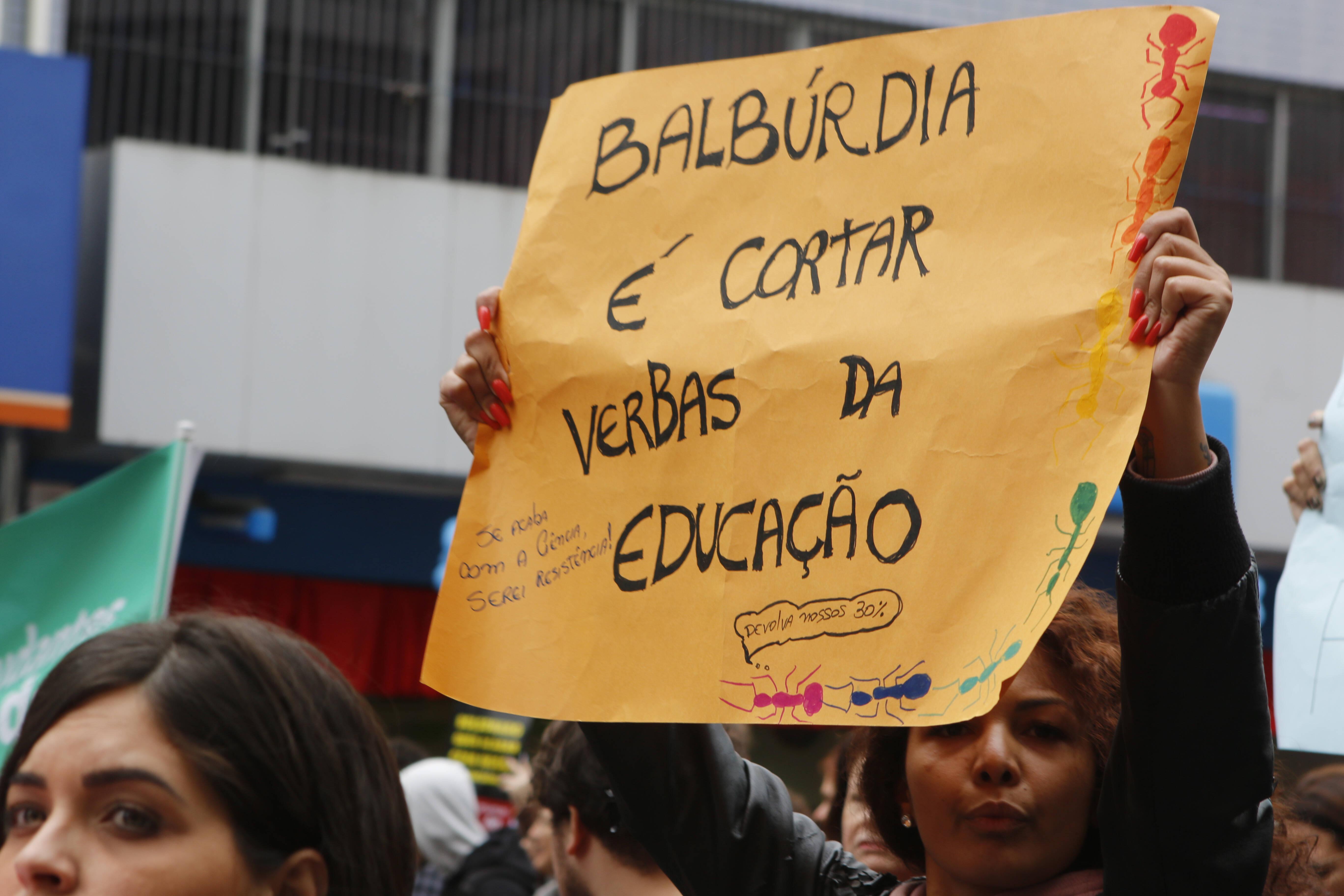 Protesto contra cortes na Educação em Curitiba. Foto: Gisele Pimenta /FramePhoto /Agência O Globo