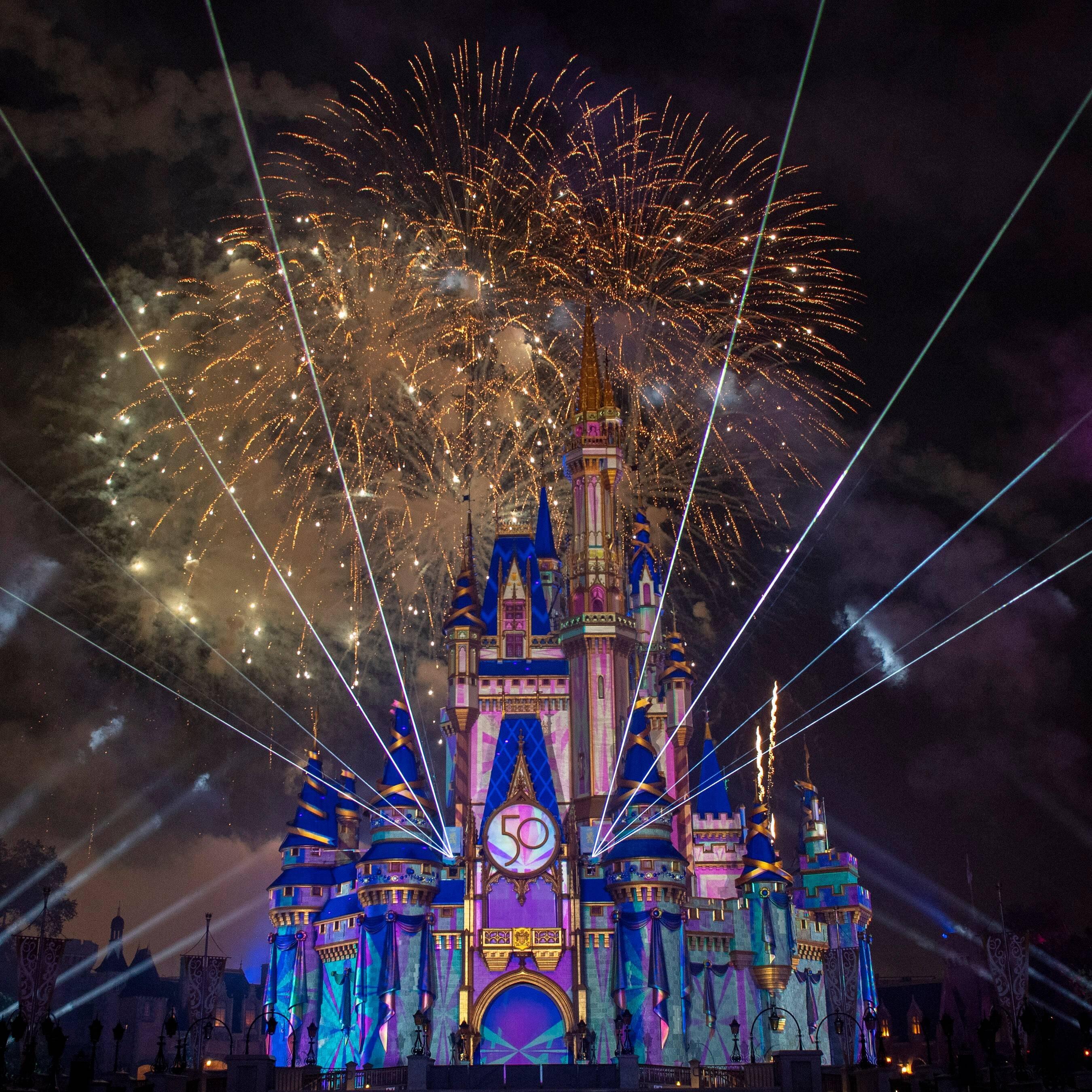 """Espetáculo de fogos de artifício """"Disney Enchantment"""" no Magic Kingdom celebra os 50 anos dos parques. Foto: David Roark"""
