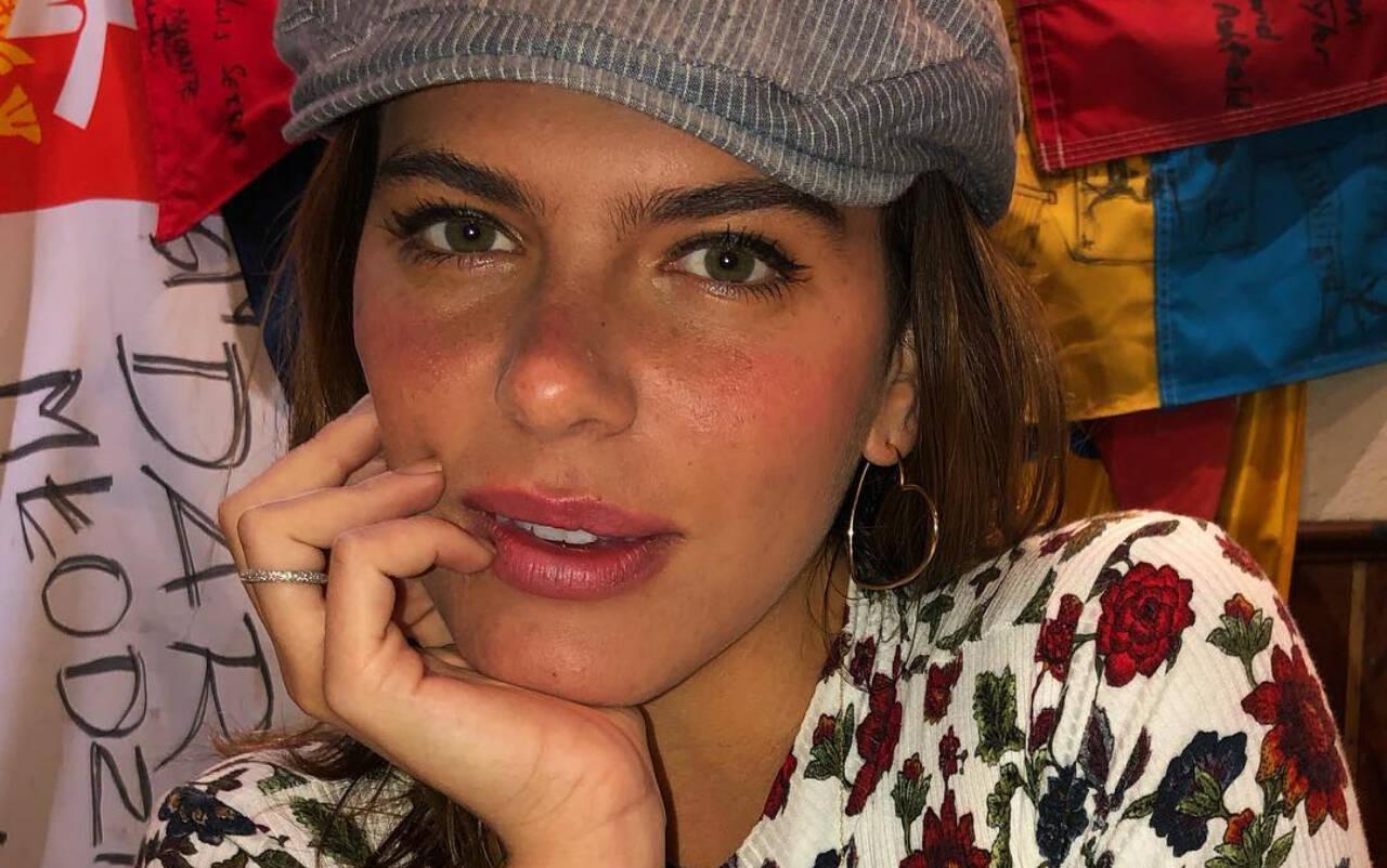 Mariana Goldfar aderiu às sobrancelhas afuniladas, mas sem preenchimento e com desenho menos definido. Foto: Reprodução/Instagram