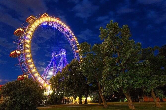 Localizada no Parque Prater, a Wiener Riesenrad oferece uma visão belíssima do alto de Viena. Foto: Reprodução/Viator