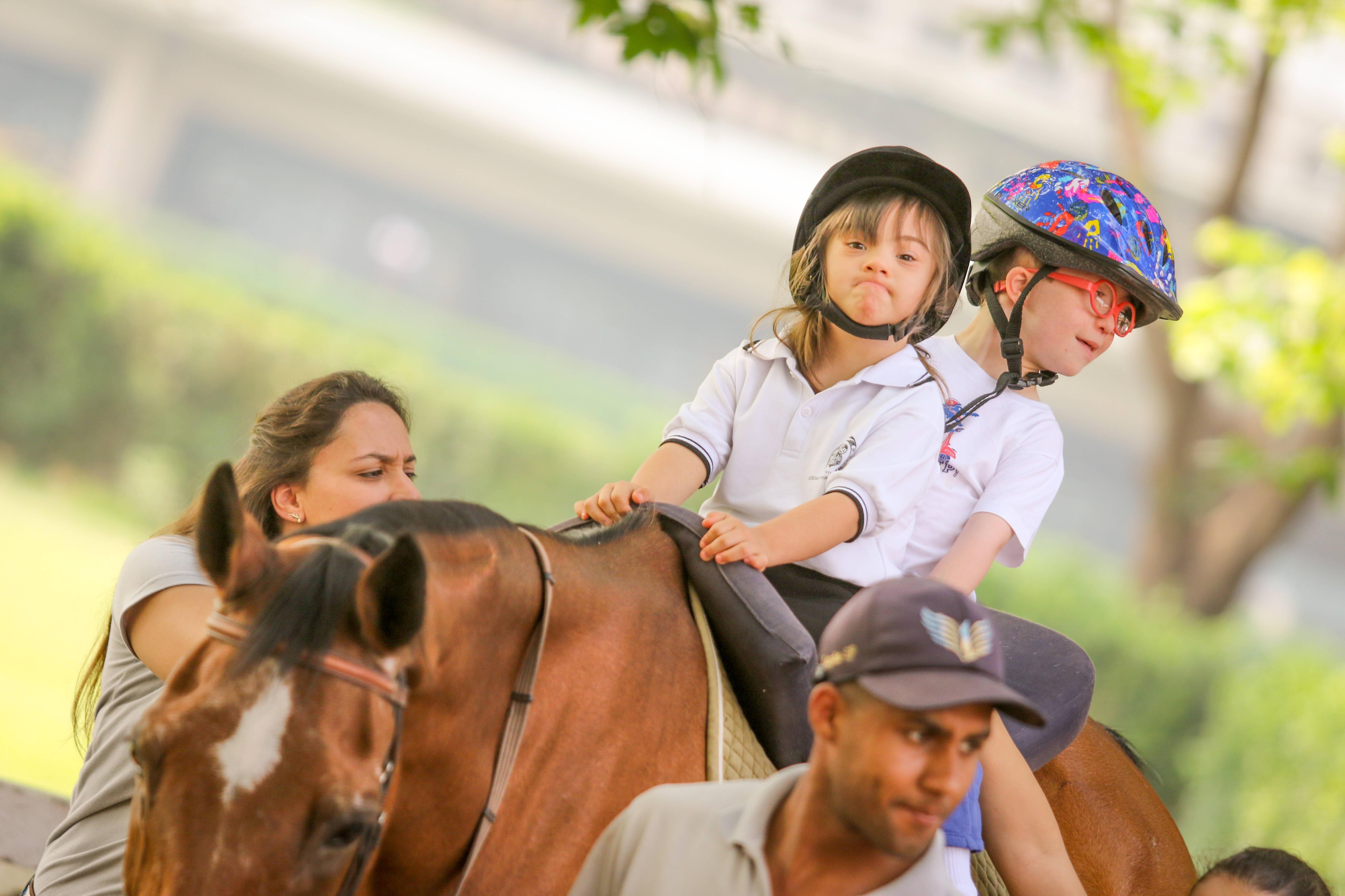 A escola de equitação da Hípica Paulista reabilita crianças e adultos com a equoterapia. Foto: Divulgação/Hípica Paulista