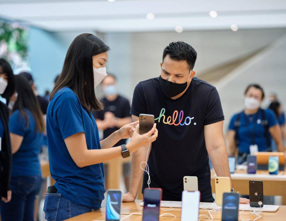 Primeiro dia de vendas do iPhone 12 em Singapura. Foto: Divulgação/Apple