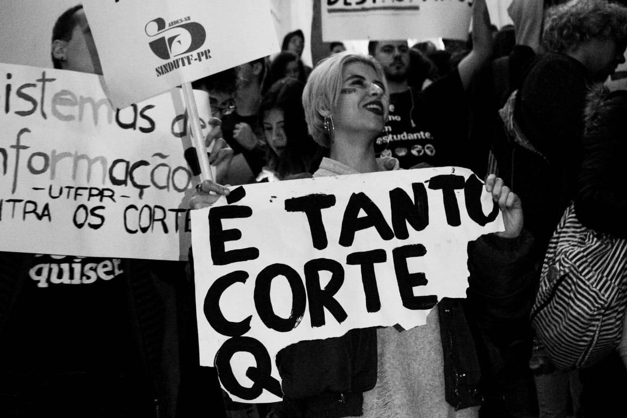 Manifestantes se concentram na Praça Santos Andrade, em Curitiba. Foto: Eduardo Matysiak