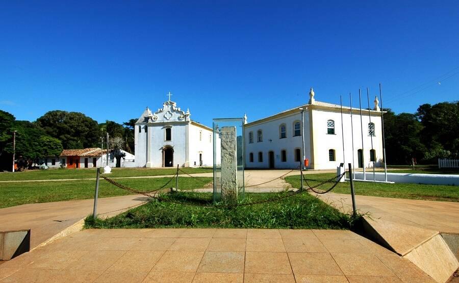 Marco do Descobrimento, de 1506, tem inscrições que portugueses fizeram ao chegar ao Brasil. Foto: Coconut Experience