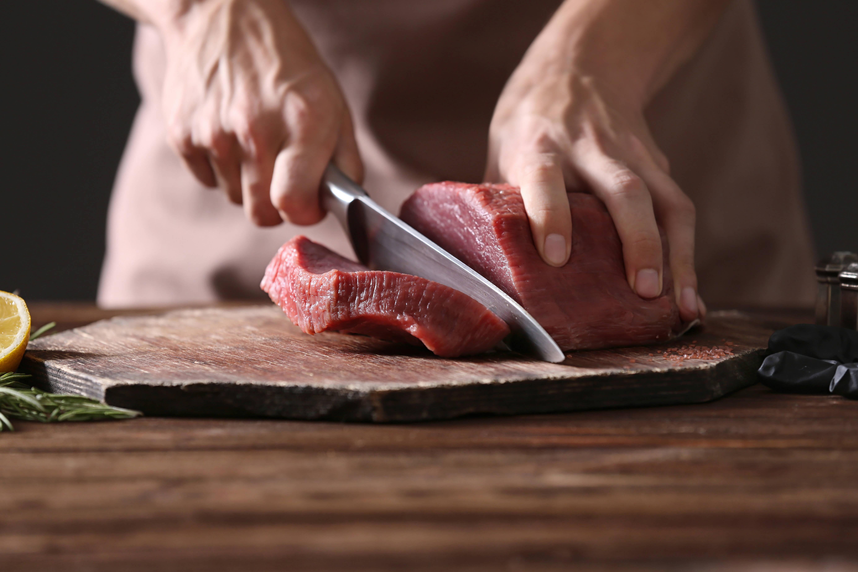 Vale também cuidado ao consumir carne vermelha. Foto: shutterstock