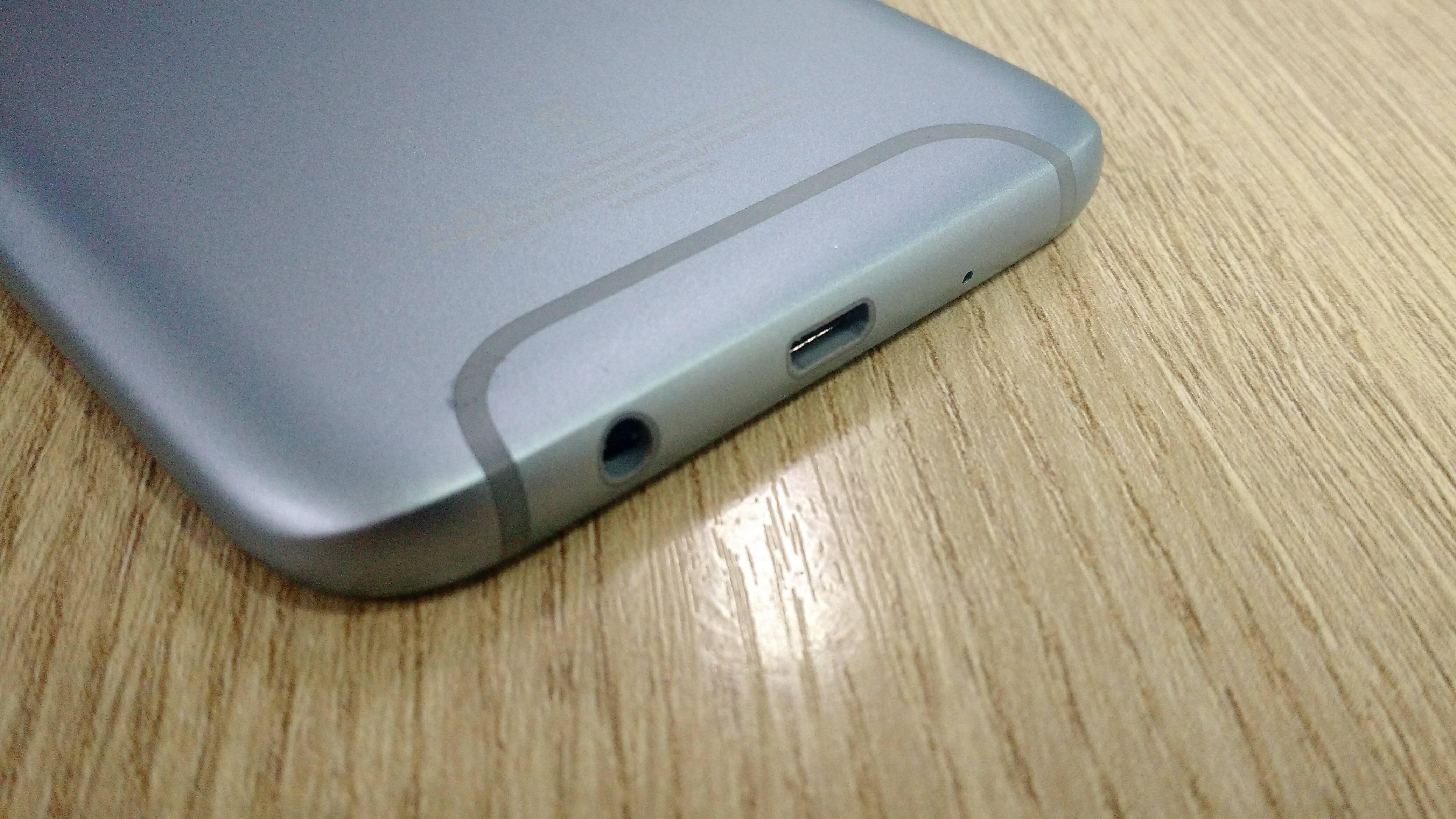 Galaxy J7 Pro conta com saída Micro USB e conexão de 3,5 mm para fone de ouvido. Foto: Victor Hugo Silva/Brasil Econômico