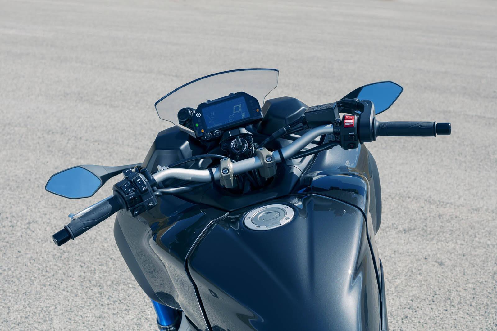 Por esse ângulo, a moto não é diferente de uma Naked esportiva convencional, com sua empunhadura esportiva e painel digital. Foto: Divulgação
