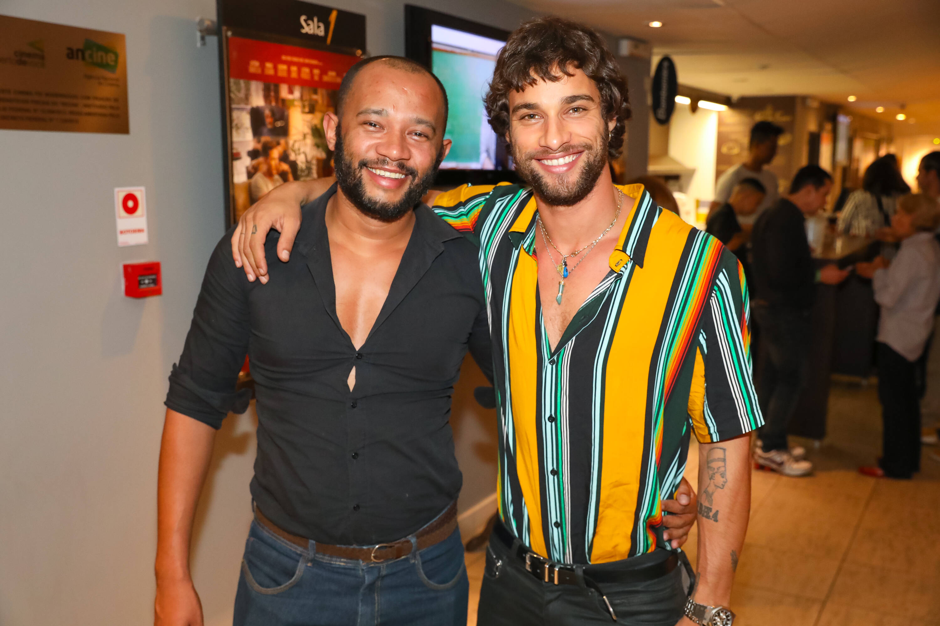 """Elias Oliveira e Pablo Moraes na pré-estreia de """"Happy Hour – Verdades e Consequências"""" . Foto: Divulgação/Imovision"""