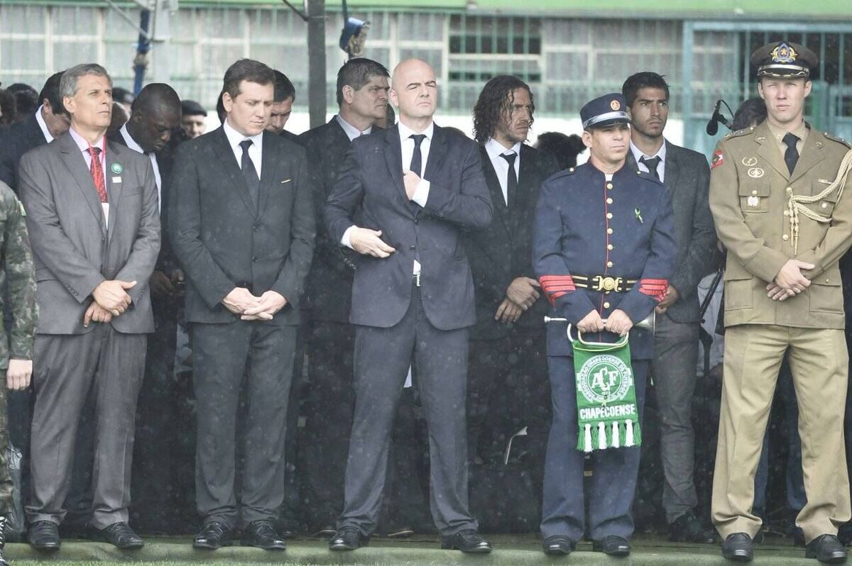Presidente da Fifa, Gianni Infantino, esteve na Arena Condá junto com Seedorf e Puyol. Foto: Reprodução/Breno Fortes/Correio Braziliense