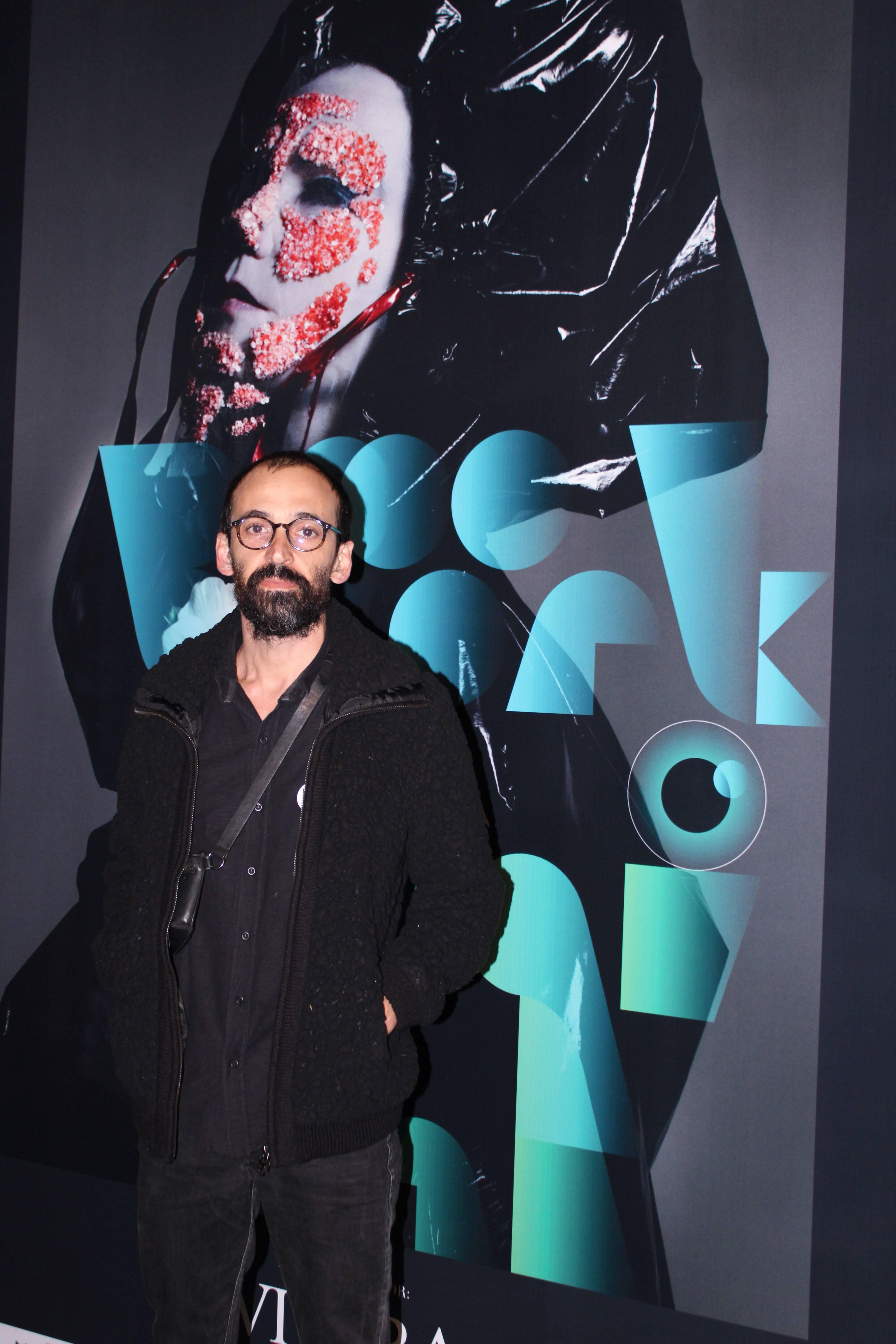 Júlio Andrade prestigia abertura da exposição . Foto: Priscila Sbrana/ Divulgação
