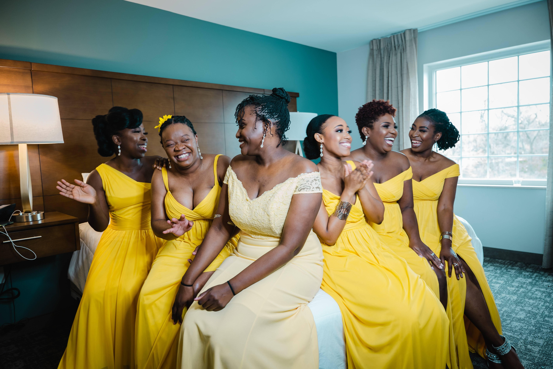 Modelos que respeitam a paleta de cor direcionada pela noiva. Foto: Reprodução/Unsplash