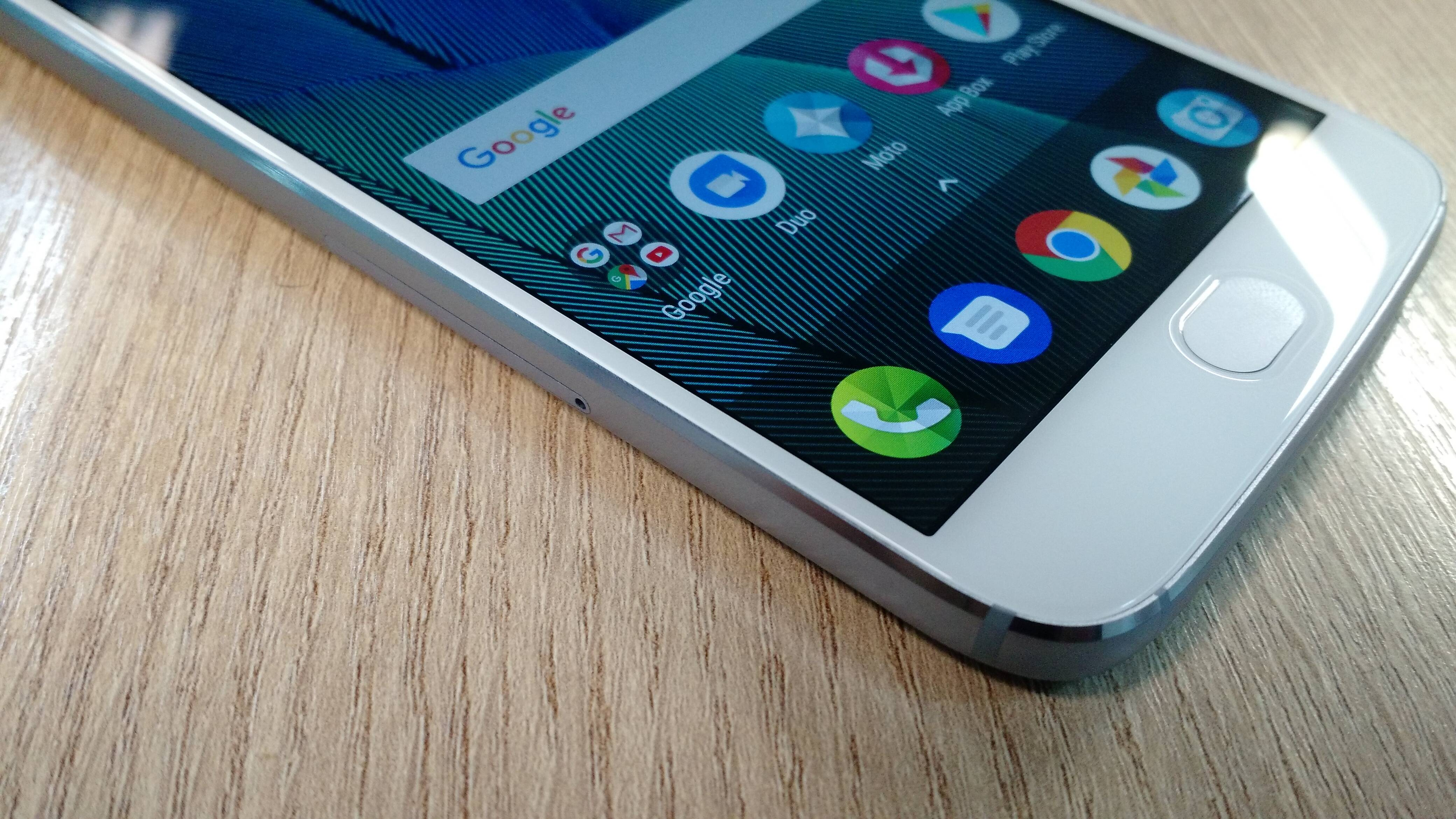 Moto G5S Plus conta com leitor de impressão digital para desbloquear o sistema. Foto: Victor Hugo Silva/Brasil Econômico