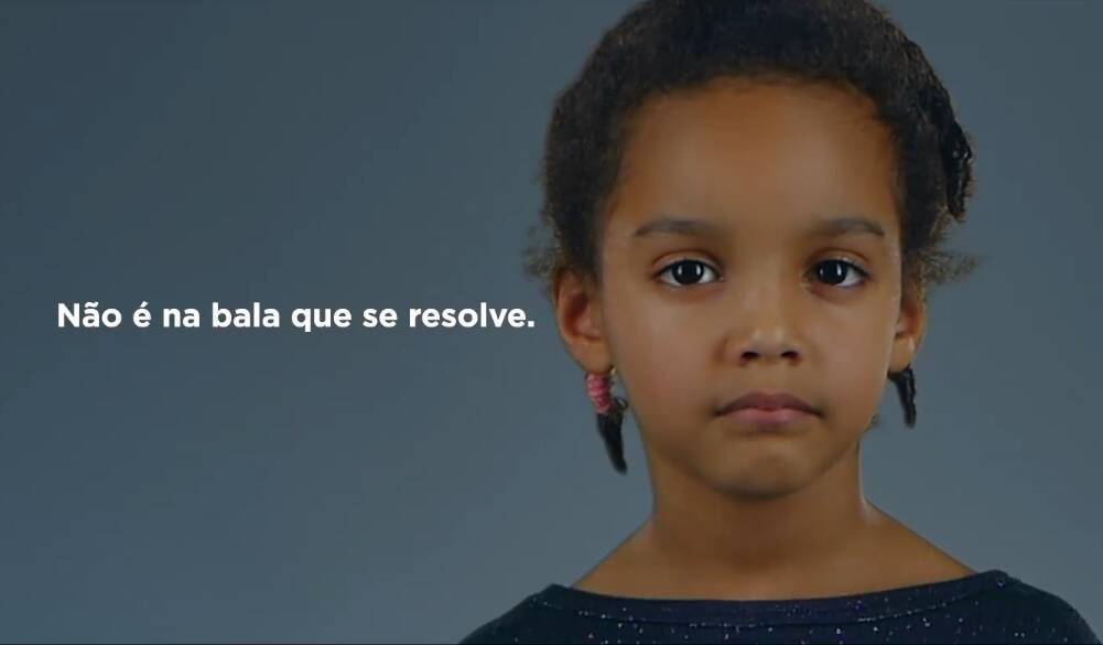 """Retrospectiva 2018: Com Bolsonaro ferido, os adversários manifestaram seu repúdio e tiveram que suspender propagandas que atacavam o líder das pesquisas, entre elas uma peça publicitária da campanha de Geraldo Alckmin que chocou muitas pessoas ao mostrar uma menina """"quase"""" sendo atingida por uma bala na cabeça. Foto: Reprodução/Facebook/Geraldo Alckmin"""