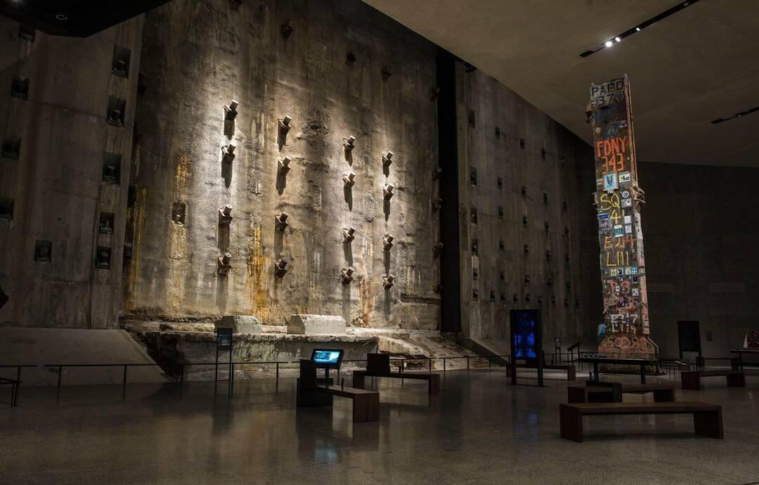 Situado próximo à Torre Norte, o Foundation Hall tem como pano de fundo uma parte da parede de lama, um muro de contenção construído para conter a água do Rio Hudson. Foto: Reprodução/Instagram
