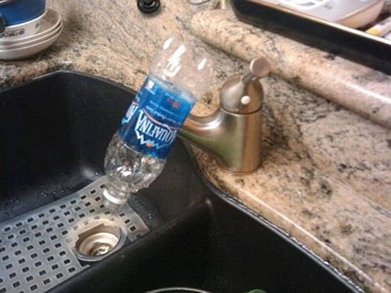Na falta de um canudo, uma garrafa pode ter a mesma função. Foto: Reprodução/Internet