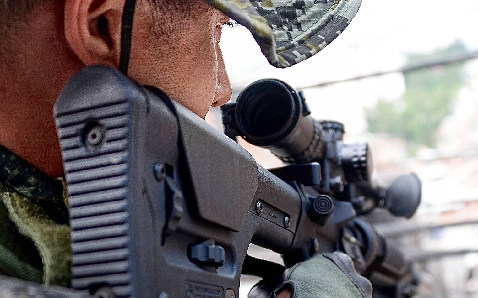 Atirador de Elite do COE, observa a área de interesse através da luneta do seu rifle de longa distância. Foto: Major PM Luis Augusto Pacheco Ambar