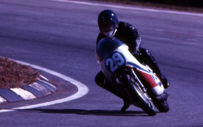 Expedito Marazzi e a Yamaha TZ 350 de Eugênio Handa. Foto: Arquivo pessoal