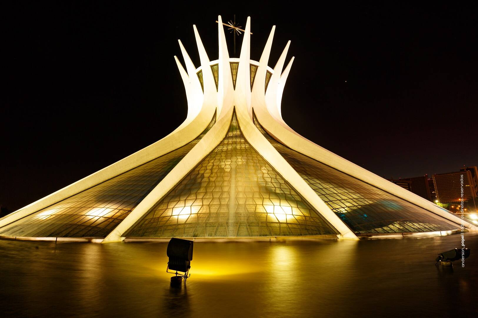 A Catedral iluminada se destaca no período da noite. Foto: Reprodução/Viaja News