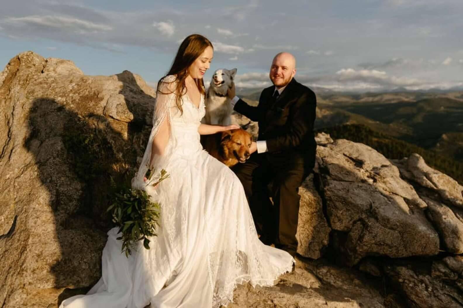 Rachel Franco e Alexander Oyen em foto de casamento com os dois penetras caninos, Freya e Bruno. Foto: Foto de Cara Eliz