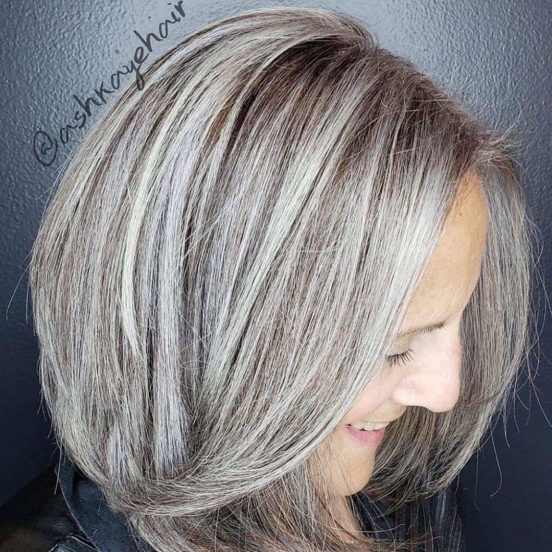 Para quem já tem cabelos brancos, a dica é fazer luzes próximas ao tom natural. Foto: Reprodução/Instagram/trusalonspa
