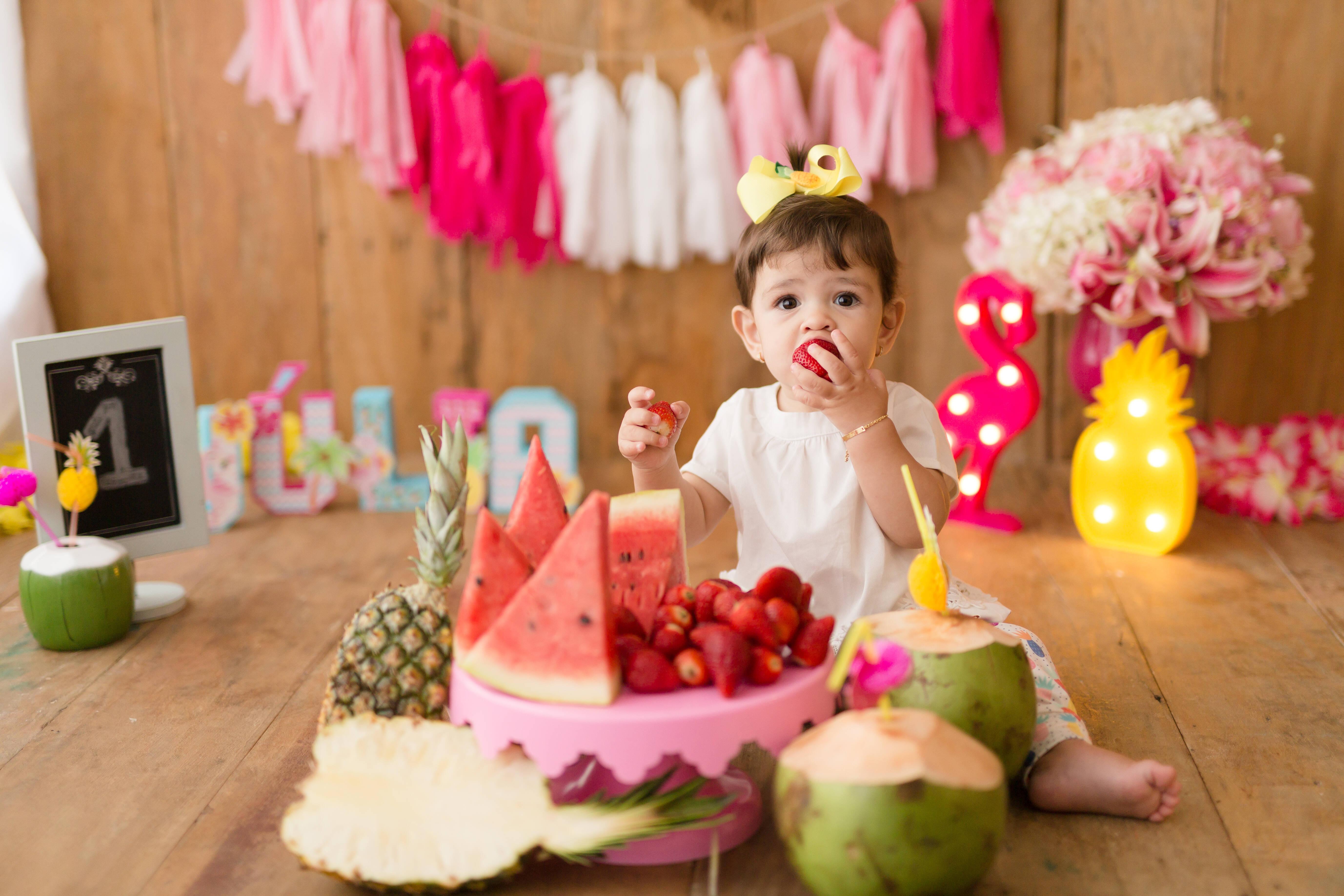 """A ideia de ensaios como """"Smash the Fruit"""" e """"Smash the Cake"""" é deixar a criança experimentar os sabores e fazer bagunça. Foto: Divulgação/Nina Estanislau"""