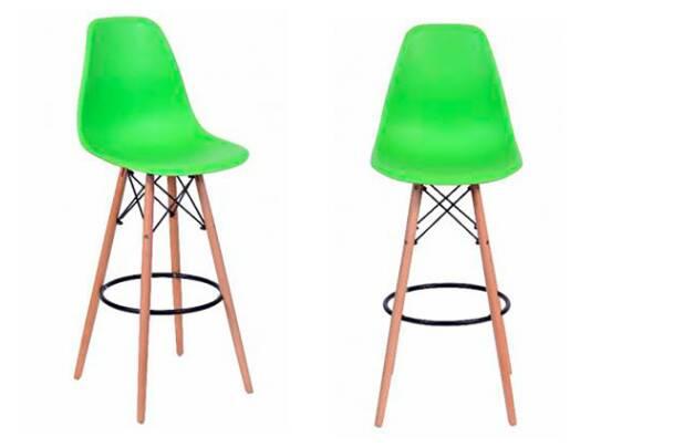 A banqueta com design Eames podem ser usadas em um local fixo e trazem requinte para o ambiente. O colorido contribui para uma jovialidade visual e a madeira traz o acolhimento próprio do material; móvel está com 51% de desconto no site da Marabraz. Foto: Divulgação