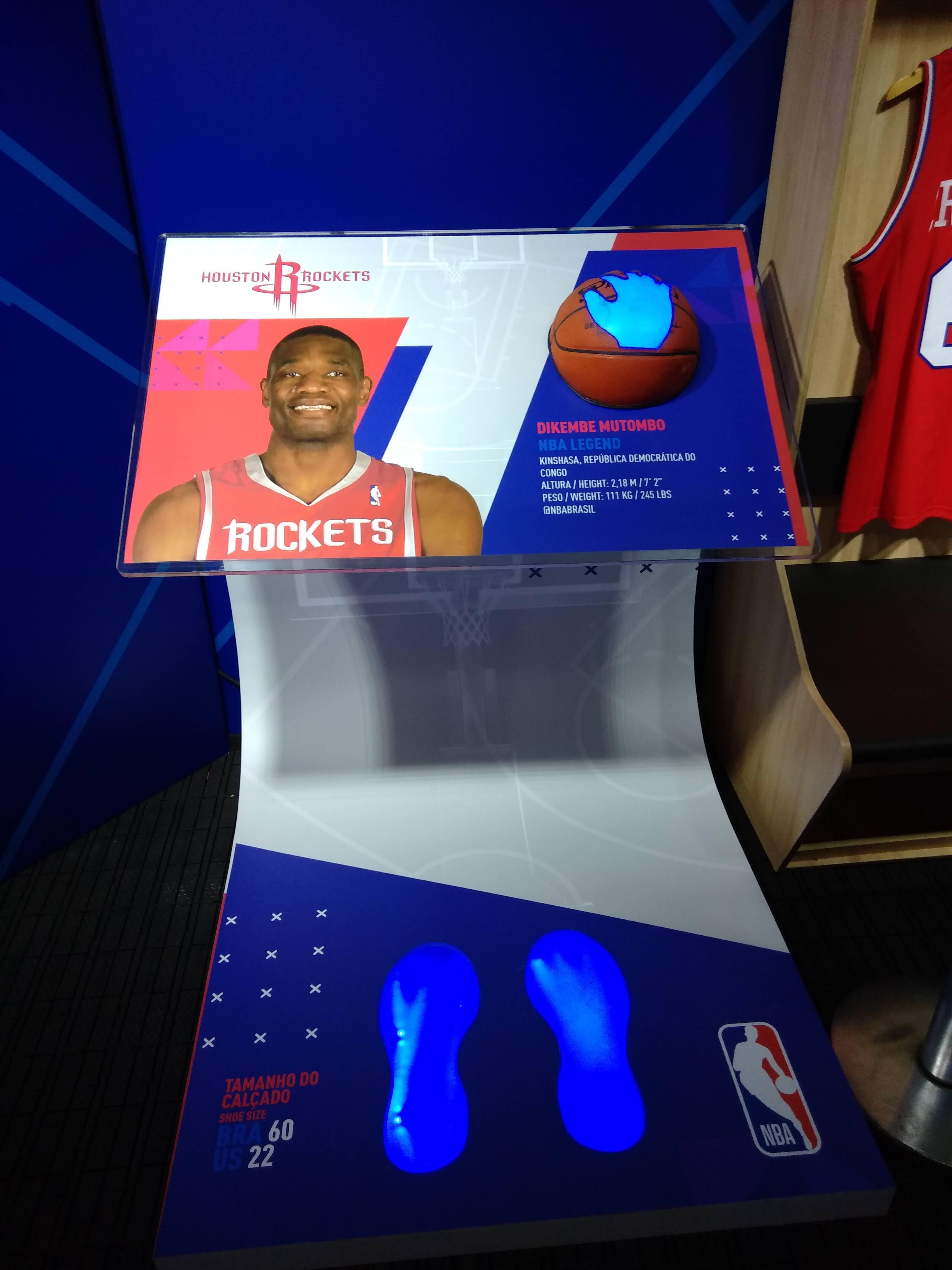 O tamanho da mão e do pé de Mutombo, lenda da NBA, estão em exposição para que os fãs comparem o tamanho. Foto: Flavia Matos/ IG