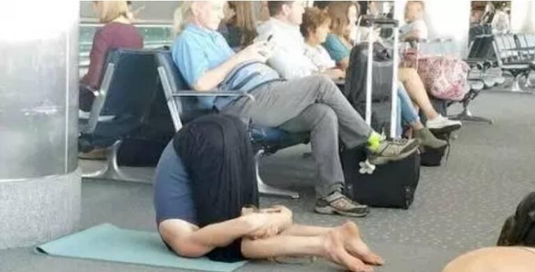 Para relaxar, alguém resolveu que fazer ioga seria uma boa ideia... Será?. Foto: Reprodução/Internet
