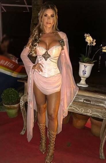 A ex-BBB Cacau Collucci vira deusa grega em festa com a temática Grécia nesta segunda-feira (12) em São Paulo. Foto: Reprodução/Instagram