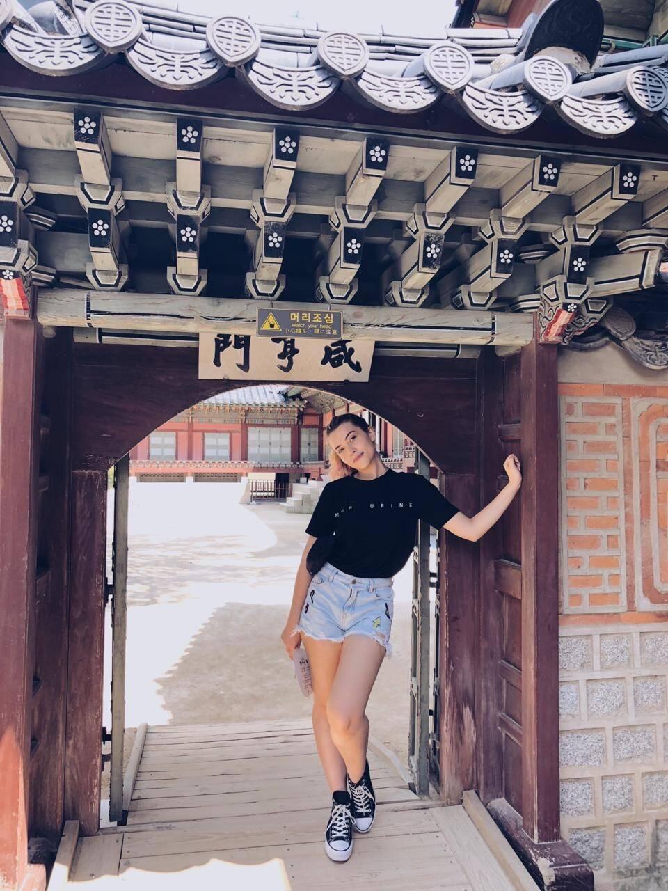 Durante o intercâmbio na Coreia do Sul, em Seul, a jovem aproveitou para visitar alguns pontos turísticos. Foto: Arquivo pessoal/Thayná Camargo
