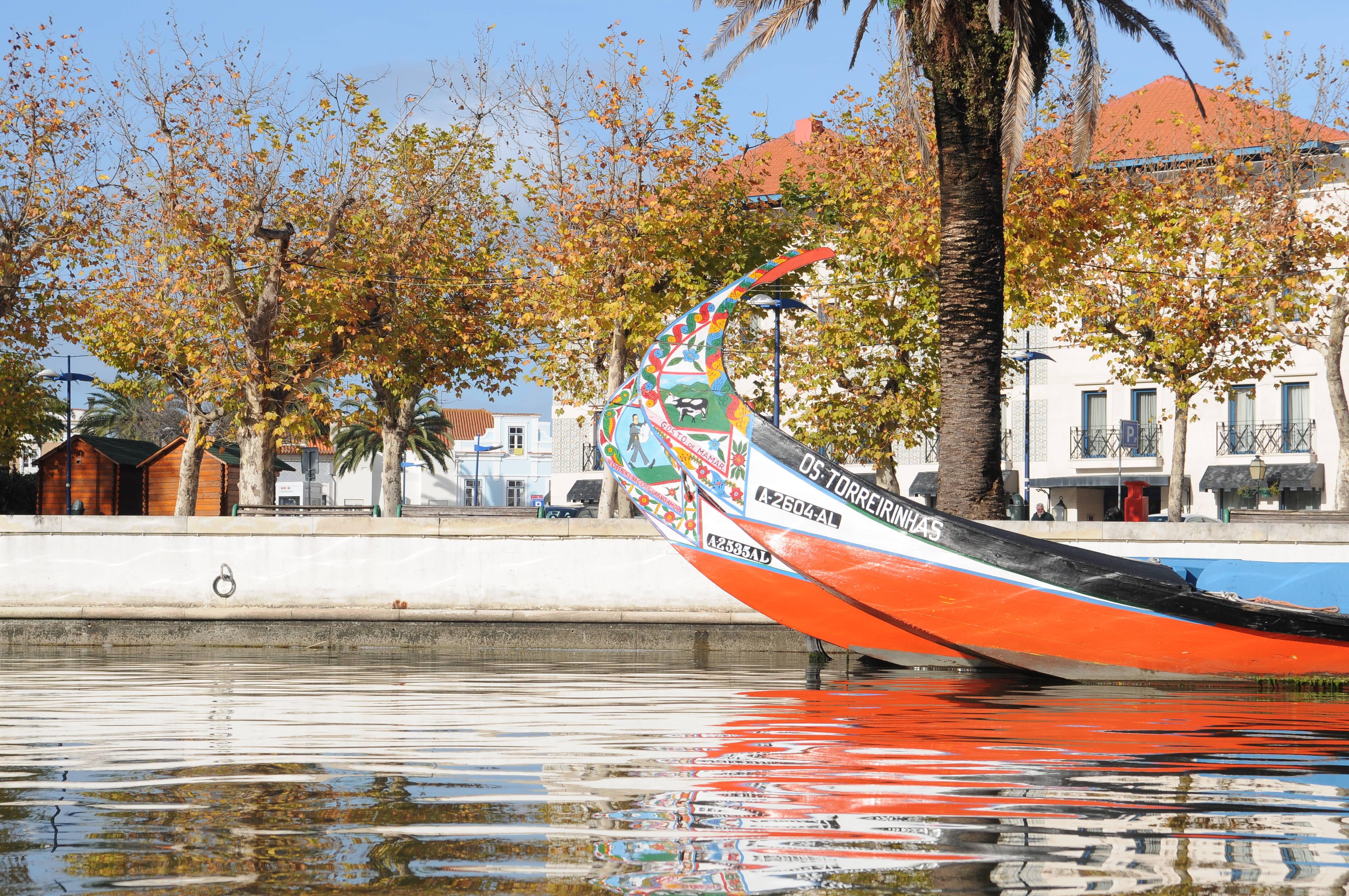 Os moliceiros de Aveiro são os equivalentes portugueses das gôndolas venezianas. Foto: Divulgação/Turismo de Portugal